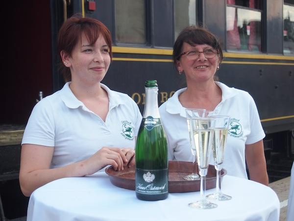 Wein lässt uns niemals allein ... Diese charmanten Damen begrüßen uns zum Auftakt unserer Fahrt mit der Wachaubahn mit einem Gläschen Sekt aus der Region.