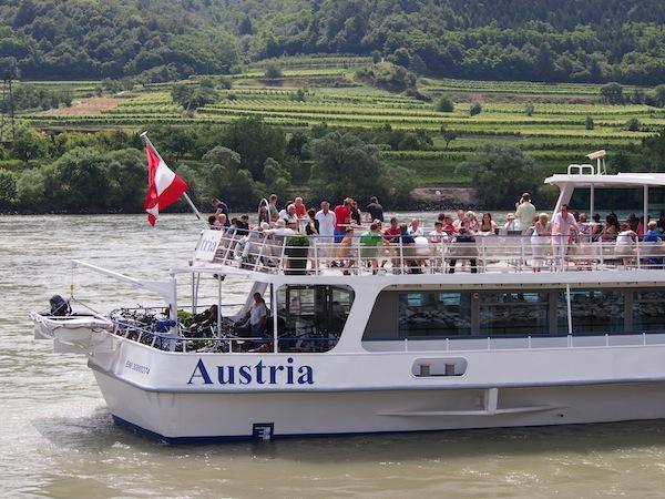 Die Firma Brandner Schifffahrt bietet zahlreiche verschiedene Touren an, zu denen auch eine mehrsprachige ca. zweistündige Donauschifffahrt von Krems nach Spitz zählt, wie wir sie unternehmen.