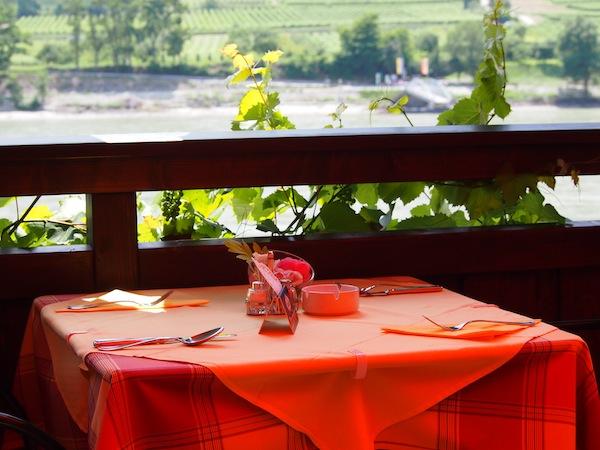Kurze Zeit später verwöhnen wir uns direkt an der Donau mit saftigen Marillenknödel & der wunderschönen Aussicht vom Strandcafé Spitz der Familie Busch, welche uns auch die genialen Segways verliehen haben!