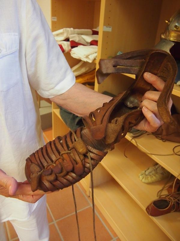 """Römische Schuhe bei der Vorführung durch meine charmante & liebenswerte """"Römerin"""" Frau Trtitschler: Relativ ähnlich den modernen Sandalen, oder?"""