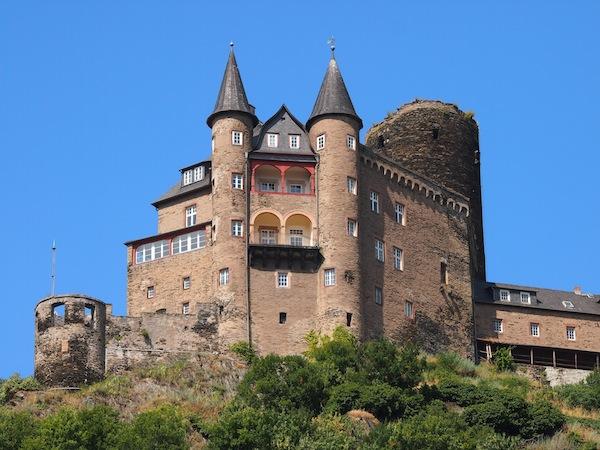 """Blick von der Stadt St. Goar auf die Burg Katz, welche ein paar Kilometer weiter der """"Burg Maus"""" nachjagt ... kein Witz ;)"""