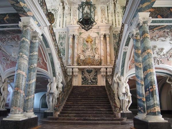 Gleich zu Beginn betreten wir die prunkvolle Haupttreppe und Empfangshalle des ehemaligen Erzbischofs Clemens Augustus, welcher das Schloss erbauen ließ.