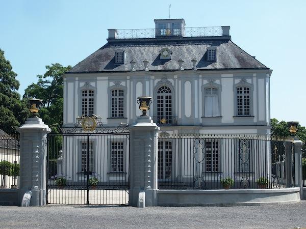 Von einem Schloss zum nächsten: Im Lustschloss Falkenlust zog sich der Erzbischof zur Privataudienz zurück und wurde die Falknerei betrieben.