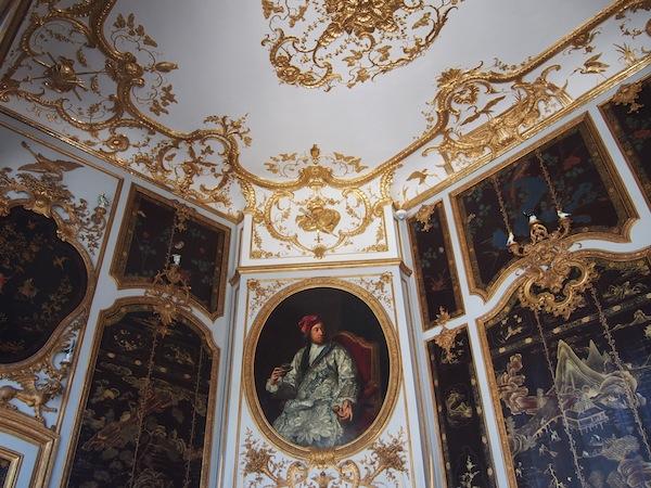 """Der Erzbischof """"ganz privat"""", in legerem Umhang auf seinem Deckengemälde. Hochglanz-Fotos gab's ja vor rund 300 Jahren noch keine ..."""