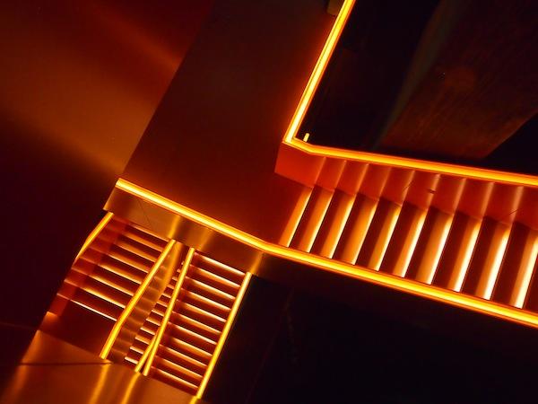 """""""Glühende Stiegenaufgänge"""" symbolisieren mittels spannender Lichttechnik den Bogen aus Steinkohleförderung, Kokerei (Kohlegewinnung) und glühendem Eisen der Schwerindustrie, für die Koks zur Befeuerung verwendet wurde."""