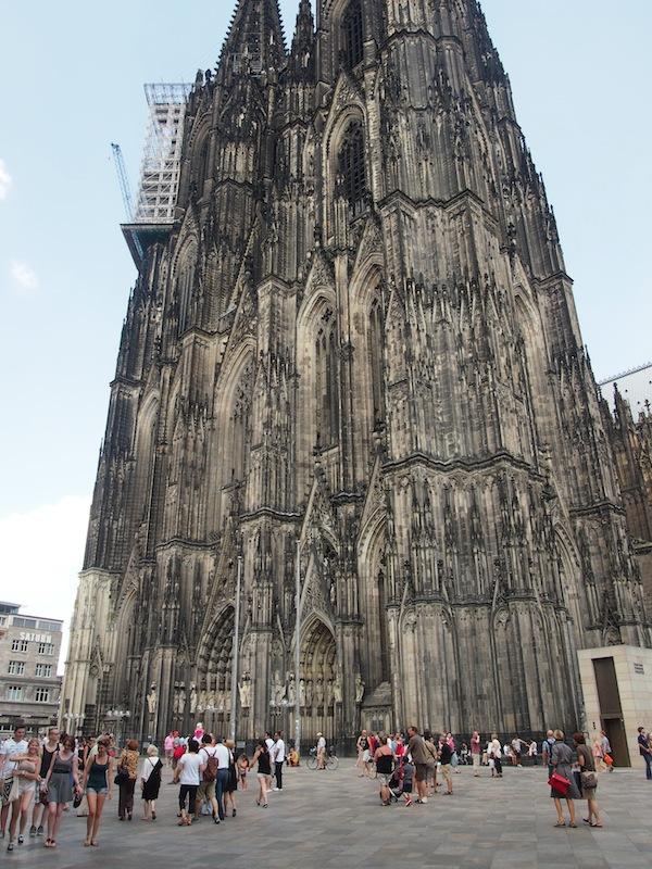 Der berühmte Kölner Dom: 600 Jahre Bauzeit, knapp 160 Meter hoch, war er im Jahr seiner Fertigstellung tatsächlich das höchste Gebäude der Welt. Zu hoch jedenfalls für meine Kamera - trotz Weitwinkel-Blickfang!