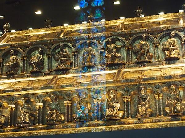 Das berühmteste Herzstück des Doms ist dieser Schrein, welcher über und über mit Gold verziert und heute durch Panzerglas geschützt ist. Er beherbergt Reliquien der Heiligen Drei Könige ...