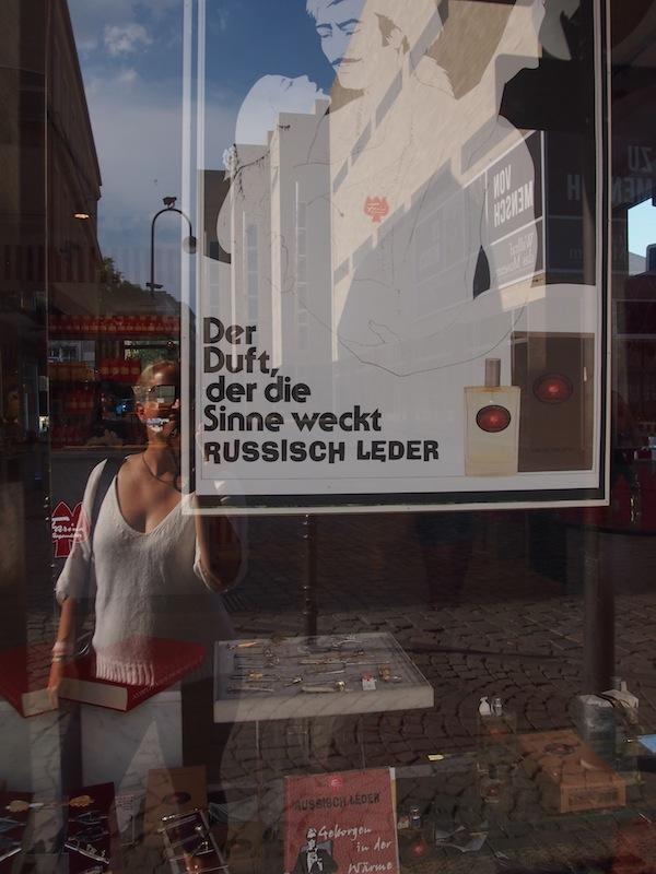 """Vor dem Duftmuseum Farina beweisen wir, nur drei Straßen vom Kölner Dom entfernt, den """"richtigen Riecher"""" auf den Spuren des berühmten Eau de Cologne."""