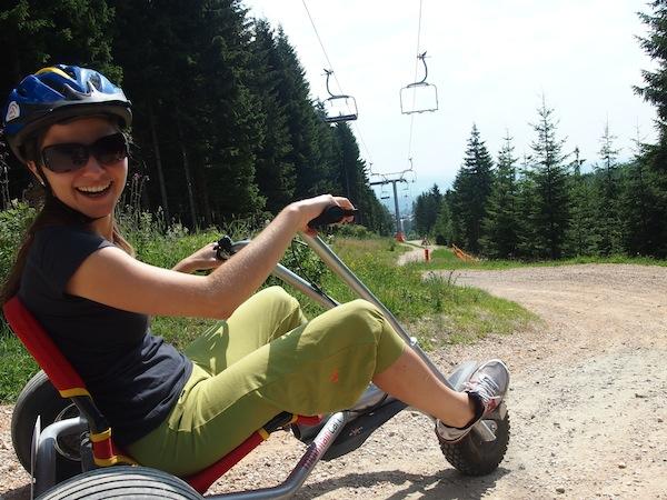 Wir haben so viel Spaß: Lilli legt mit ihrem Mountaincart so richtig los!