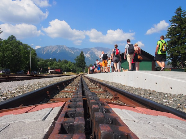 Unterwegs auf den Schneeberg: Während der Zeit von April bis Oktober verkehrt die Schneebergbahn täglich mehrmals auf den höchsten Berg Niederösterreichs; eine Berg- und Talfahrt kostet zusammen € 35,- pro Person (Erwachsener).