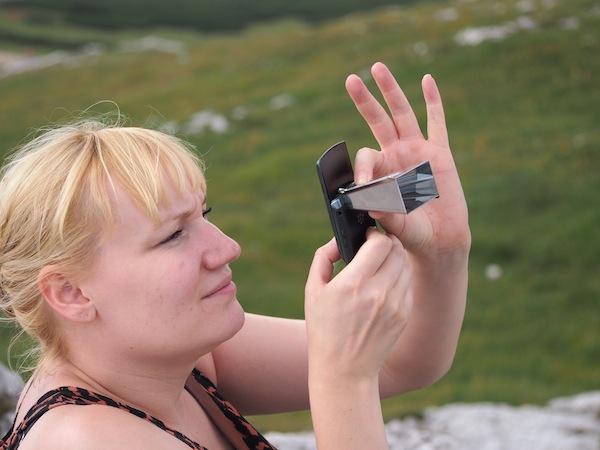 Vor der Handykamera macht sich das kleine Ding auch gut: Anne beim Testen für Instagram & Facebook-Fotografie!