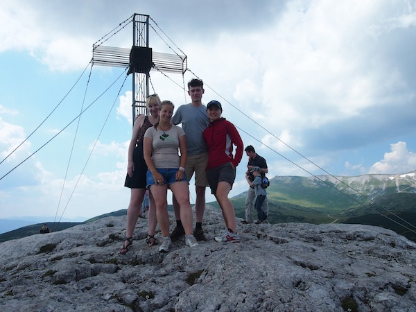 So sehen Gipfelstürmer aus: Unser Dream-Team beim Erklimmen des höchsten Punkt Niederösterreichs auf über 2.000 Meter!