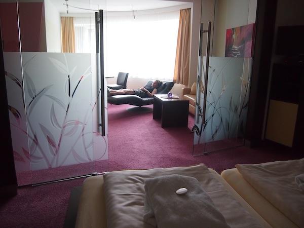 Im Hotel Schneeberghof entspannen wir in den großzügigen Genießerzimmer-Suiten mit viel Platz zum Seele-Baumeln-Lassen ...