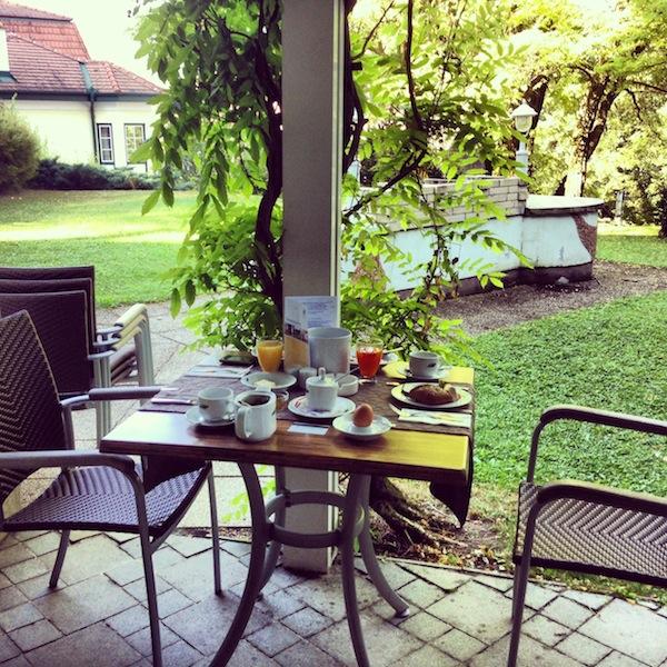 ... das Frühstück gibt's hier direkt im Hotelgarten mit Blick auf den Schneeberg!