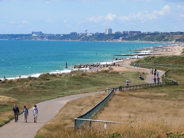Perfektes Relax-Panorama: Der Strand von Bournemouth bzw. Christchurch an der Südküste Englands.
