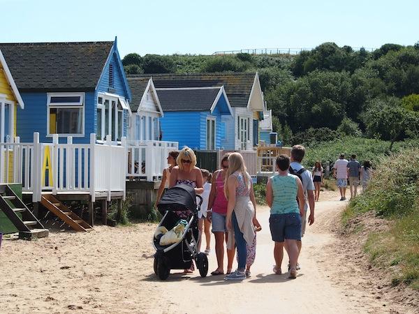 So ein romantischer Spaziergang am Strand, ganz egal ob alleine, mit der Familie oder Freunden, hat schon was ... in Christchurch, England kommt Urlaubsstimmung auf!