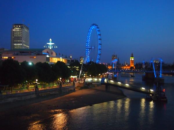 Blick auf die faszinierende Skyline Londons beim (fast romantischen) Abendspaziergang durch die Stadt ...