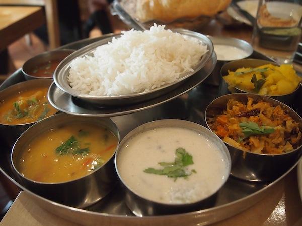 """Kein """"Ruhe-Rezept für Reiseblogger"""" ohne eines meiner fast schon berühmten Essensfotos: Beim langsamen, genussvollen Essen in Londons Weltküchen wie hier einem köstlichen indischen Restaurant, geschieht Entschleunigung pur!"""