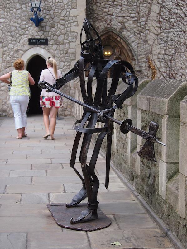 """Geschichte kreativ aufgearbeitet: Diese moderne Ritterskulptur begrüßt uns im schaurigen """"Tower of London""""."""