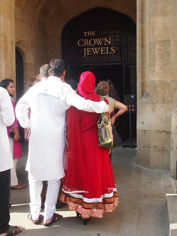 London vereint Menschen aller Kulturen & Herren Länder. Wie auch dieses süße, indische Pärchen auf Hochzeitsreise ...