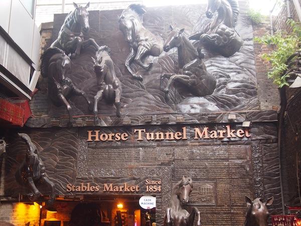 Im Londoner Bezirk Camden Town springen Pferde von der Decke ... Besuch der berühmten Horse Tunnel Markets, welche bereits seit den 1850er Jahren bestehen.