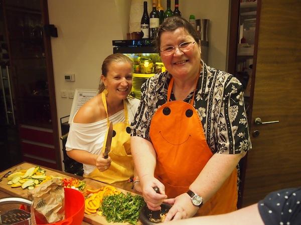 Monika Fuchs von TravelWorldOnline und ich beim kreativen Kochen: We like :D