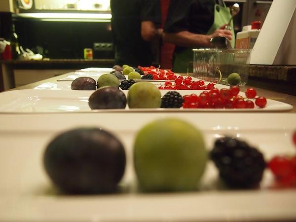 Zur Nachspeise richten wir ganz fein an und freuen uns über die gelungenen Ergebnisse beim Kochkurs - leicht und wunderbar in einer geselligen Runde mit Freunden.