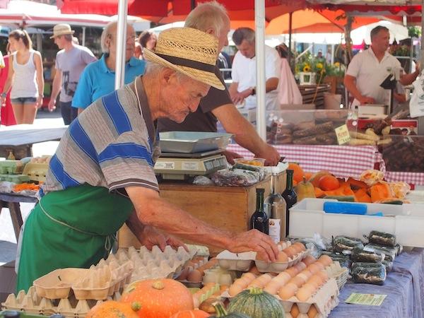 Unterwegs am ältesten & berühmtesten Bauernmarkt der Stadt Graz: Jeden Tag außer Sonntag gibt es hier sämtliche lokalen & regionalen Spezialitäten aus dem Grazer Umland von heimischen Bauern zu kaufen.