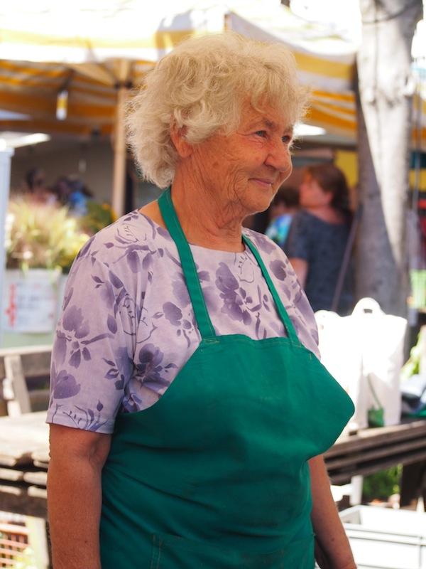 Diese überaus liebenswerte Dame steht schon sehr viele Jahre am Markt und weiß die eine oder andere Geschichte, natürlich in herzlichem Steirisch, zu erzählen!