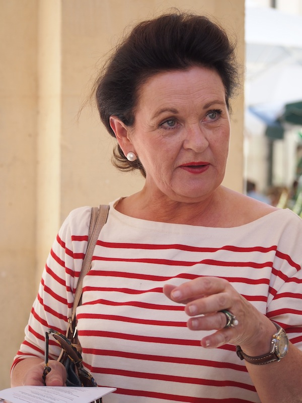 """Die charmante und überaus engagierte Waltraud Hutter, """"Mutter der Langen Tafel der Genusshauptstadt Graz"""", nimmt sich trotz der vielen Vorbereitungen Zeit, uns ausführlich und geduldig sämtliche Fragen rund um das Event zu beantworten."""