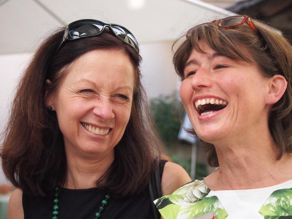 """Sigrid Alber (links im Bild) und ihre """"liebste Kollegin"""" von den GrazGuides: Hier seid Ihr wirklich in guten Händen für eine Stadtführung durch die zweitgrößte Stadt Österreichs, UNESCO Welterbe & City of Design Graz."""