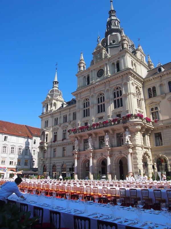"""Der Augenschmaus alleine ist schon ein Festessen für die Sinne ... am Nachmittag wird die """"Lange Tafel"""" vor dem Rathaus der Stadt Graz aufgebaut. Hier nehmen wir wenig später Platz ... !"""