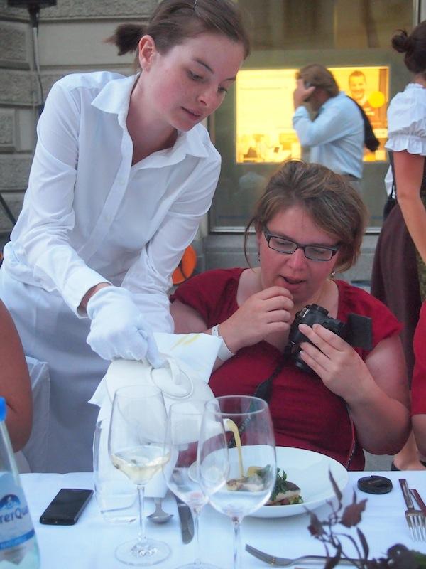 Janett lässt sich vornehmst bedienen und ist ob der Präsentation der Speisen begeistert.