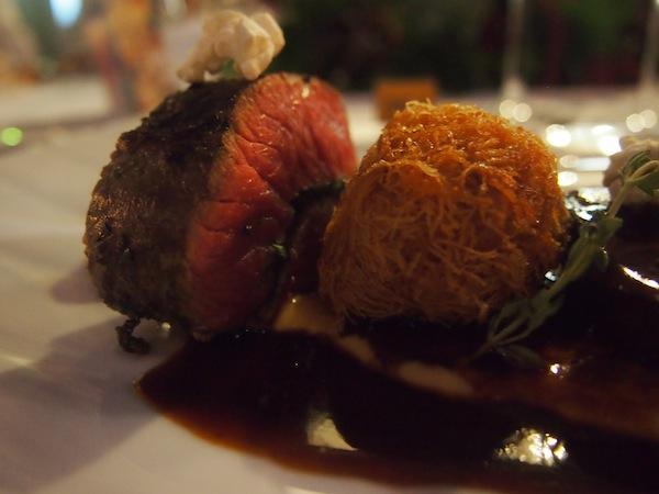 Das Fleisch zum Hauptgang ist ebenfalls außergewöhnlich gut ... Geschmorte Schulter und gerollte Beileid vom steirischen Murbodnerrind.