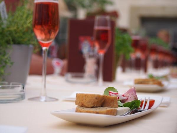 """... und schlemmen natürlich. Hier im Stainzerhof Restaurant, in dem wir den ältesten Weinkeller der Stadt besuchen und """"Schilpagner"""" (Schilcher-Champagner, eine steirische Besonderheit!) trinken!"""