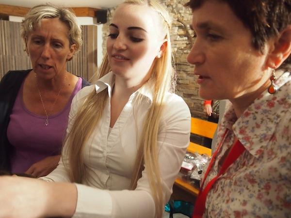 Pia Dertnig, mit 22 Jahren jüngste Friseurmeisterin Österreichs (Bild Mitte), hat sich auf Zöpfe spezialisiert: Von überall her kommen ihre Kunden, seit zwei Jahren bietet sie im Rahmen der natura.kreativ Altenmarkter Kreativwochen traditionelles Haare-Flechten als Kurs an.