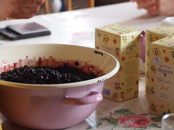 Ein drittes Team ist zudem mit dem Einkochen von Johannisbeermarmelade für uns alle beschäftigt ... lecker!
