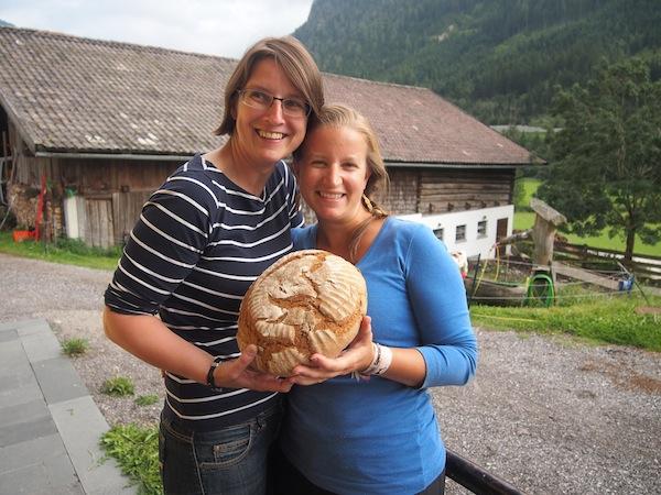Glückliche Mädchen: Gudrun und ich beim Brotbacken ... naja, im Grunde haben wir mehr posiert & fotografiert, aber der Wille zählt nicht wahr? ;)