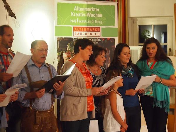 Wir singen ... aber echt. Gesangsvorführung bei der Präsentation der Kreativ-Kurs-Ergebnisse jeden Dienstag & Freitag bei der natura.Entfaltung in Altenmarkt.
