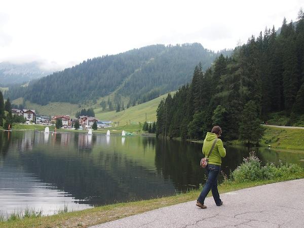 Im Anschluss spazieren wir eine Runde entlang des wunderschönen Zauchensees ... Ein herrliches Gefühl am Morgen, so frisch, ruhig und idyllisch hier.