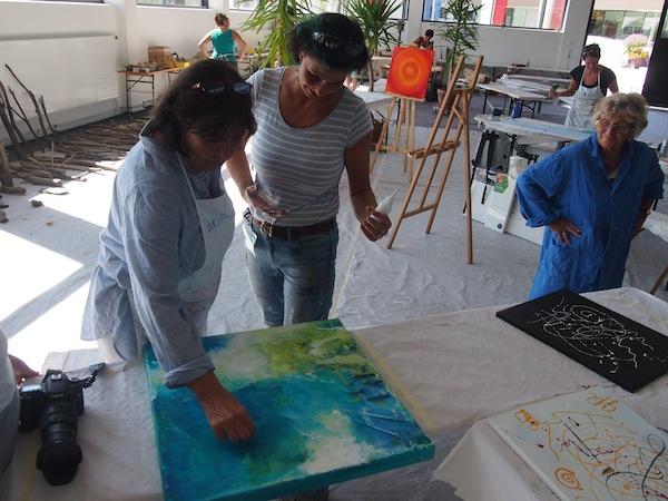 Karin Angerer leitet während der zweiwöchigen natura.kreativ Impulskurse in Altenmarkt den Kurs zur Acrylmalerei und ist wie hier unermüdlich mit Tipps & Anleitungsideen zur Stelle.