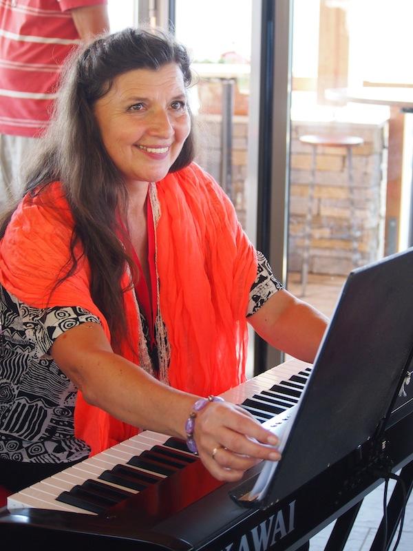 Annelie, unsere herzallerliebste und in einer eigenen, wunderschönen Musikwelt schwelgende Kursleiterin beflügelt uns zu neuen, musikalischen Höhen. Vor der natura dachte ich weder groß ans Singen oder gar Aktmalen, doch die Woche hat gezeigt, dass ich für beides zumindest ein bisschen ein Talent habe ... Ich muss mehr machen :D
