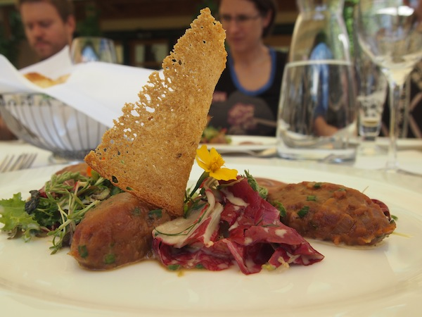 """Als Vorspeise gibt es Beef Tartare und köstliche Sommersalate für die """"Leichtigkeit des Seins"""" ..."""
