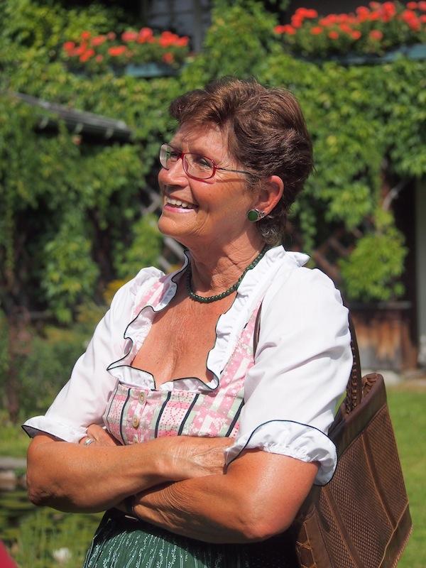 Eva HIllbrandt wie sie leibt & lebt: Gerne steht sie für Führungen durch das Ausseerland mit viel Wissen & Humor zur Verfügung.