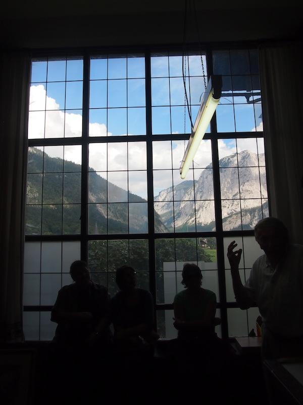 ... bei diesem Blick auf die umliegende Berglandschaft ein neidvoller Blick auf den Künstler: Hier könnte ich mir ebenfalls vorstellen, inspiriert zu malen zu beginnen!