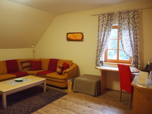"""Zu Gast in der großzügigen Wohnraum-Suite in der Landhofmühle der Familie Fartek: Lebensgefühl pur. """"Unsere Gäste kommen, um abzuschalten und sich zu entspannen"""" ... Dafür ist dieser Ort einfach perfekt."""