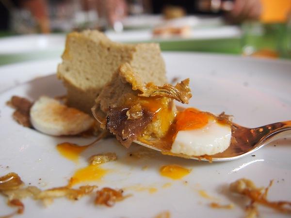 Als Hauptgericht gibt es Artischocken-Soufflee mit Wachtelei ...