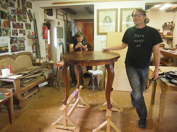 Franz in seinem Element bei der Arbeit an einem Tisch inmitten der Kunsttischlerei-Werkstatt!