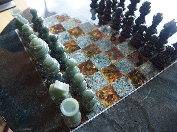Renate Habetlers Mann fertigt aus Bernstein & Edelserpentin ebenfalls wunderschöne Schmuckstücke, wie dieses aufwändig gestaltete Schachspiel: Wow!