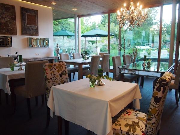 Der geschmackvoll und sehr individuell eingerichtete Frühstücksraum führt direkt in den hoteleigenen Garten, eine richtige Oase ...